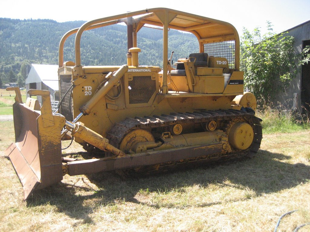 """The only thing """"wrong"""" with the dozer is that the right hydraulic idler  pushrod has slow leak in the seal. Note the sagging right track."""